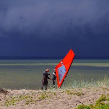 Janeku, Eleni, Dima ja Risto surfikoolitus Laulasmaal 31.07.16